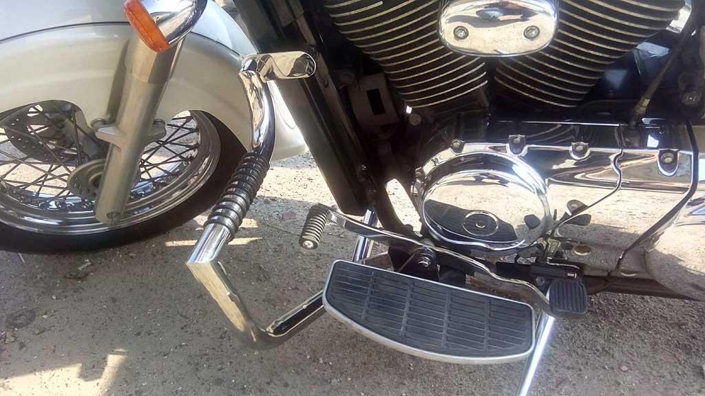 Защитные дуги с подставками для ног на мотоцикл Suzuki Intruder Classic 400 (2003-2008г.)